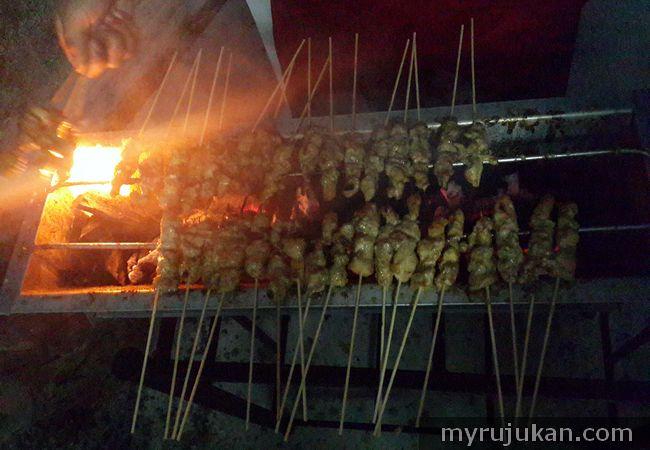 proses membakar satay ayam di pemanggang satay