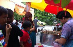 Contoh peniaga aiskrim menjual aiskrim di majlis perkahwinan