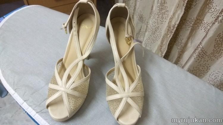 Inilah dia hadiah hantaran perkahwinan iaitu kasut kahwin wanita yang saya berikan kepada bakal isteri