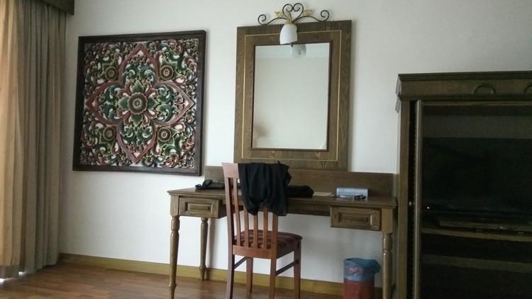 Meja solek dalam bilik Century Pines Resort