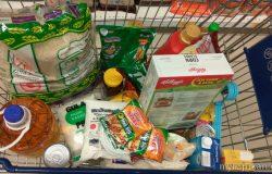 Membeli barang keperluan dapur jenis kering untuk nafkah makanan keluarga