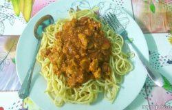Memasak dan membuat spaghetti bolognese ringkas di rumah