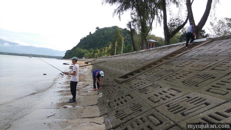 Memancing ikan di tepi pantai merdeka Kedah