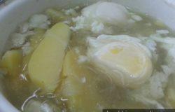 Masakan sup telur kentang dengan suhun