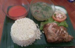 Sajian nasi ayam yang lengkap dan sedap