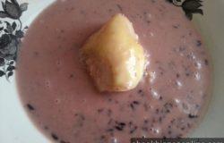 Hidangan bubur pulut hitam campur durian dalam pinggan