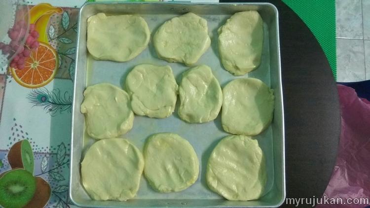 Doh roti canai yang mula dicanaikan dan dileperkan