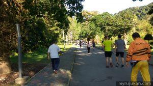 Ramai orang berjogging pagi pagi di taman kebun bunga Pulau Pinang ini