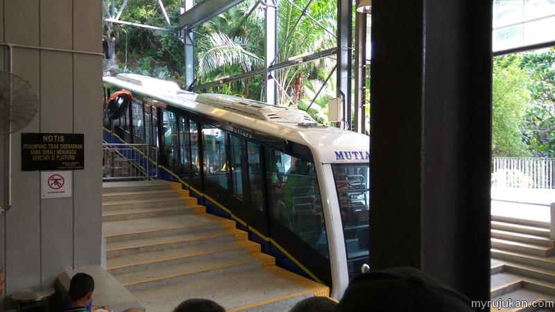 Menunggu keretapi Bukit Bendera untuk naik ke Penang Hill