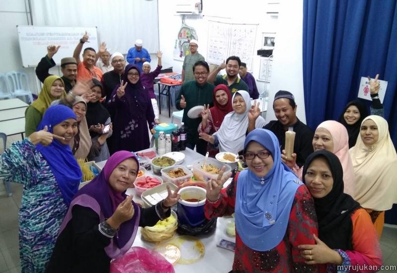 Sesi makan makan potluck secara bersama selepas berjaya menamatkan kelas mengaji sesi Tamhid