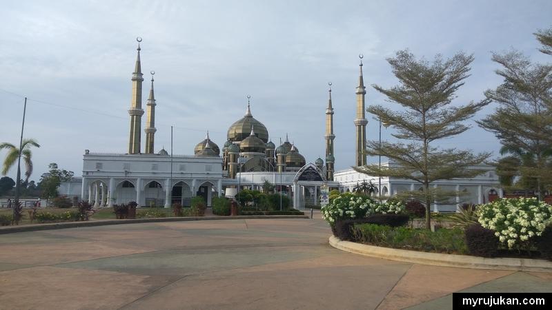 Perkarangan Masjid Kristal di Kuala Terengganu