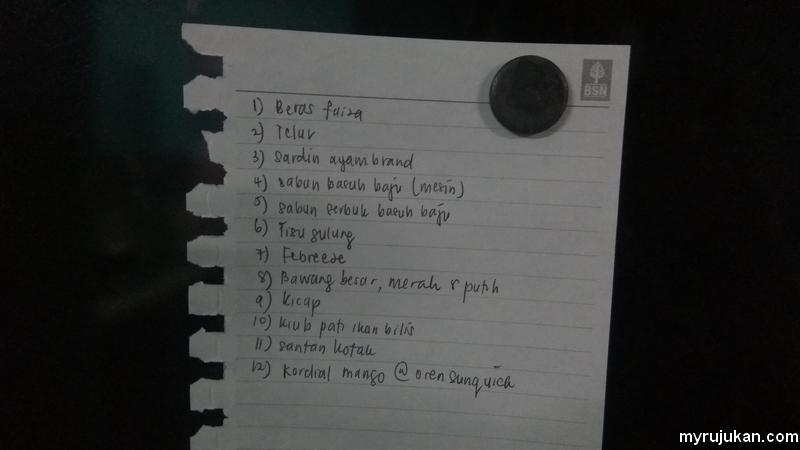 Nota senarai barang dapur yang dilekatkan di pintu peti sejuk