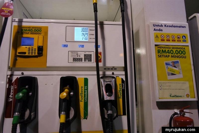 mengisi minyak pam petrol guna kad kredit