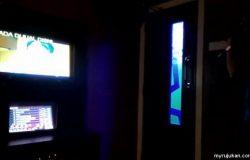 Rakan sedang menyanyi lagu melayu di pusat karaoke