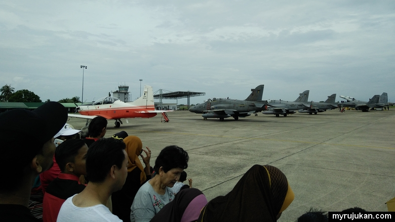 Antara kapal dan jet pesawat untuk aksi akrobatik di hari terbuka TUDM Penang