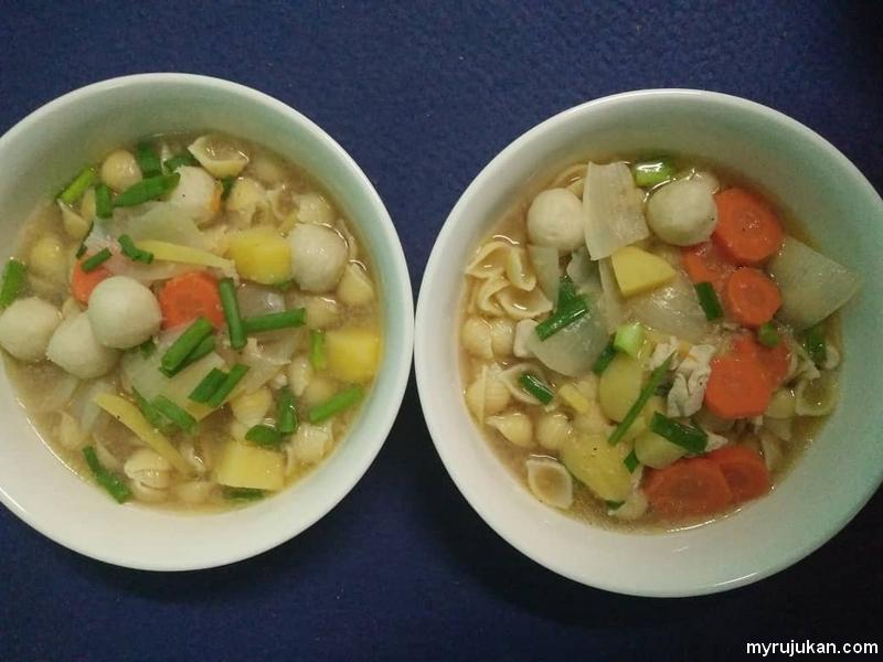 Hidangan sup ayam dengan small shell makaroni tanpa nasi