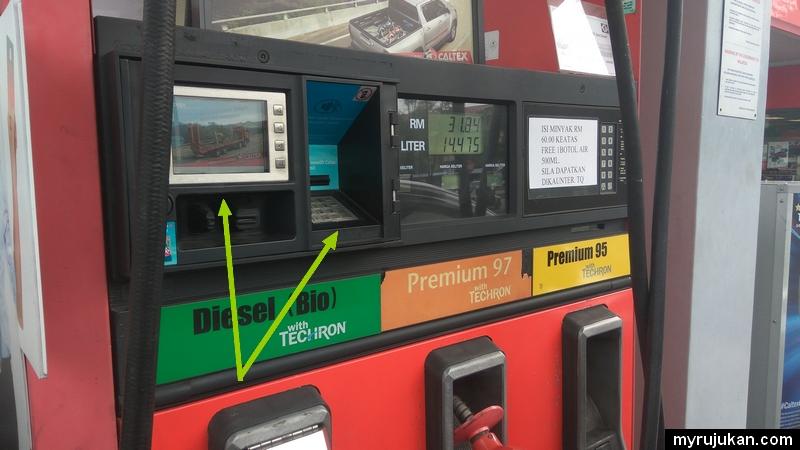 Kemudahan buat bayaran guna kad debit kredit ketika isi petrol kereta anda