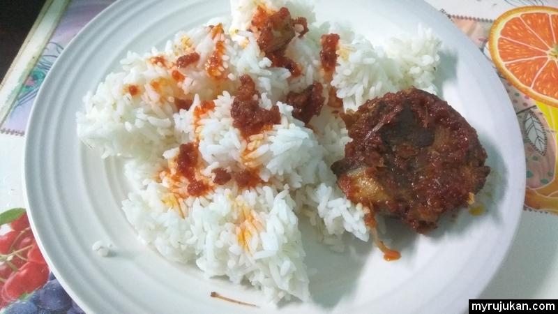 Makan nasi dengan sambal ikan tongkol