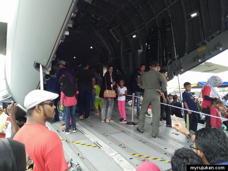 Ramai hendak cuba masuk ke kabin pesawat pengangkut TUDM untuk merasai pengalaman