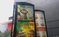 Anda boleh order makanan McDonald's di Drive Thru dengan melihat menu di papan tanda