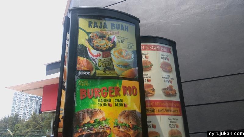 Anda boleh order makanan McDonald's di Drive Thru dengan melihat menu di papan iklan