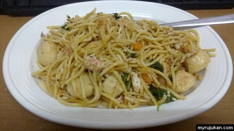 Hidangan spaghetti goreng yang telah siap dimasak dan di hidang