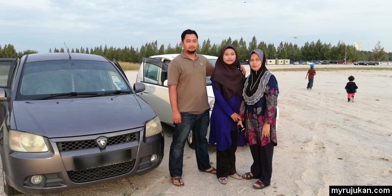 Bergambar kenangan di Pantai Klebang Melaka