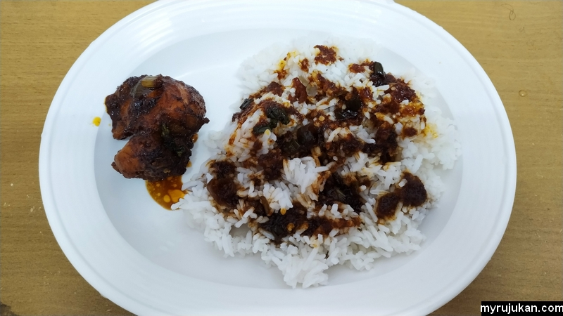 Ayam masak kicap sedap yang sedia untuk dimakan