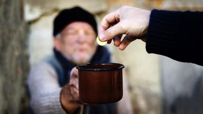 Belajar kebaikkan memberi sedekah kepada orang miskin