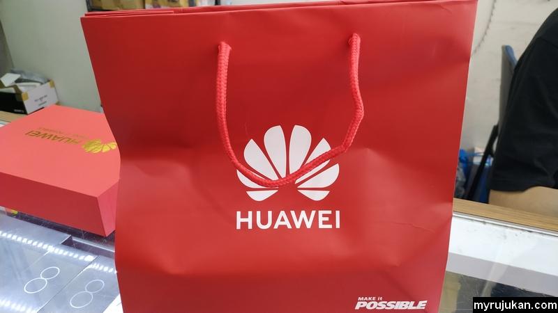 Beli smartphone jenama Huawei di kedai