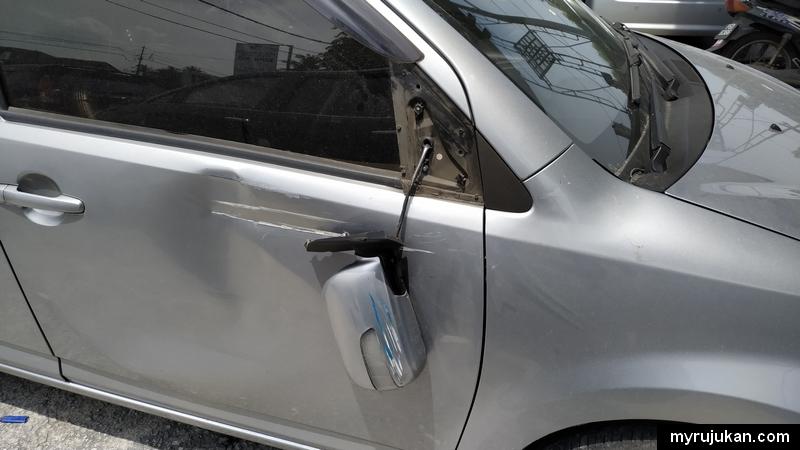 Kereta Perodua Myvi kena langgar dengan lori