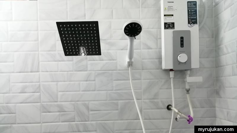 Bilik mandi di homestay Aqil menawarkan kepuasan berganda