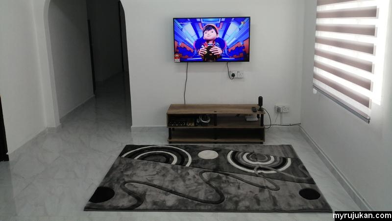 Ruang tamu Aqil Homestay yang luas dan selesa