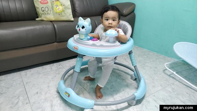 Bayi belajar berjalan guna baby walker