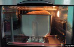 Roti sedang dibakar menggunakan Noxxa Breadmaker Oven
