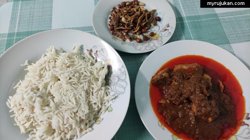 Nasi lemak, ikan bilis, kacang tanah dan rendang ayam dari pek KEMBARA