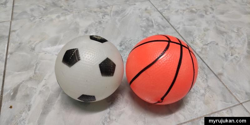 Bola kecil dan lembut seperti ini sesuai untuk anak kecil