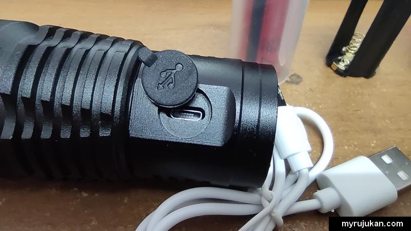Port pengecas USB di torch light LED